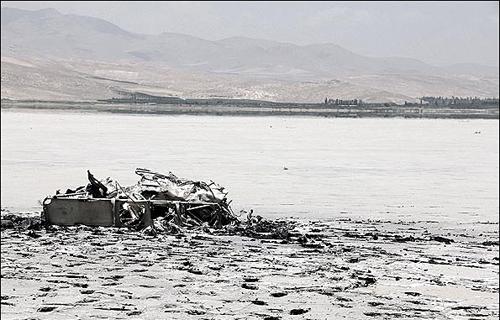 بقایای یک هلی کوپتر نظامی در دریاچه ارومیه