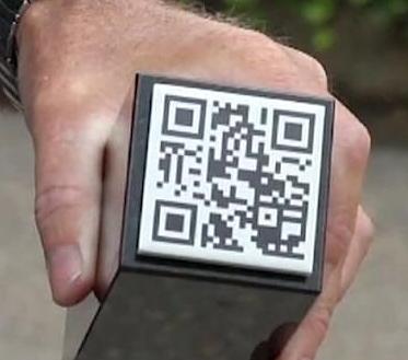سنگ قبرهای کوچک با کد QR