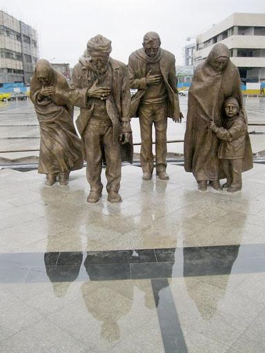 تصاویری از پیکره سلام در میدان شهدای مشهد