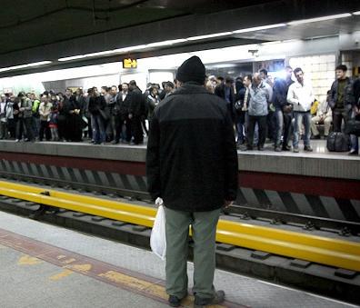 مرد میانسال خودش را جلوی قطار مترو انداخت