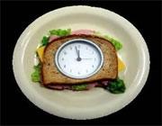لطفاً سر ساعت غذا بخورید