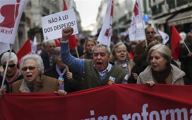 معترضان پرتغالی مقابل کاخ ریاست جمهوری تجمع کردند