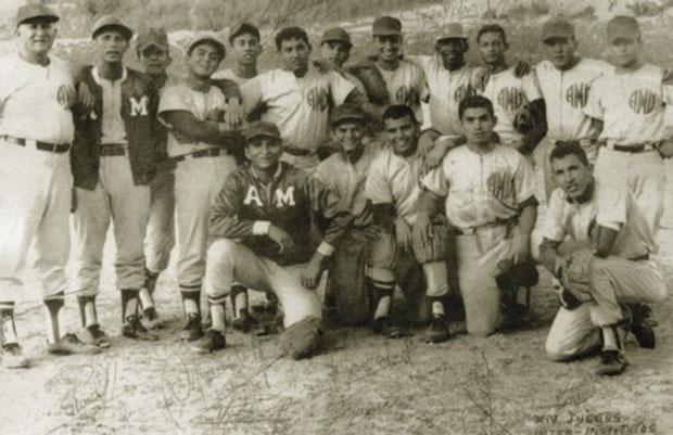 سال 1972 همراه با تیم بیسبال آکادمی ارتش