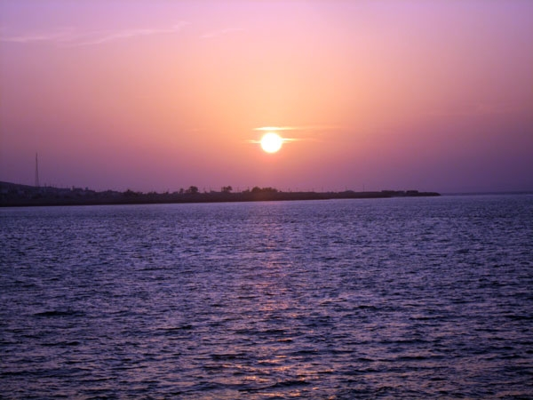 تصاویری از منظره غروب خورشید در جزیره هنگام در خلیج فارس