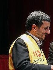احمدینژاد لباس اورژانس 115 را بر تن کرد؛ حضور سرزده در اورژانس