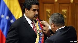 جزئیات مراسم ادای سوگند جانشین چاوز؛ واکنش مادورو به هجوم لباس قرمز
