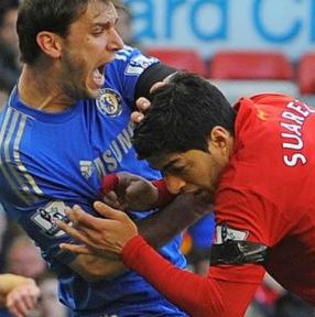 جریمه سوارز توسط لیورپول به دلیل گازگرفتن دست بازیکن حریف