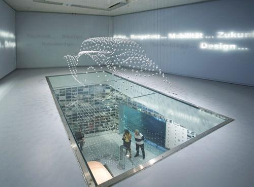 نمایشگاه بی ام و با گویهای شناور