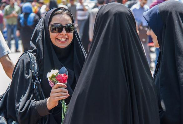 آغاز مرحله جدید طرح امنیت اخلاقی در پایتخت با اهدای گل