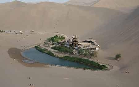 عکسهای یک شهر ماسهای در کنار دریاچهای هلالی
