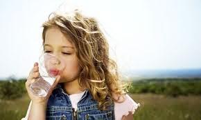 نوشیدن آب هنگام صرف غذا در تشدید نفخ موثر است