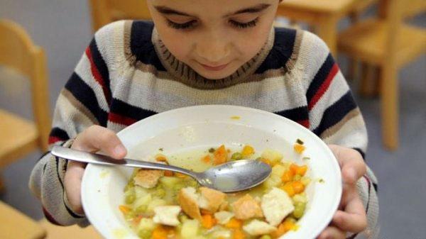 کودکان را مجبور به خالیکردن بشقاب غذا نکنید