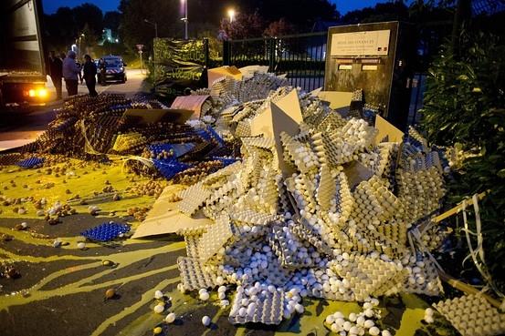 فرانسه؛ اعتراض خیابانی با تخم مرغ های شکسته