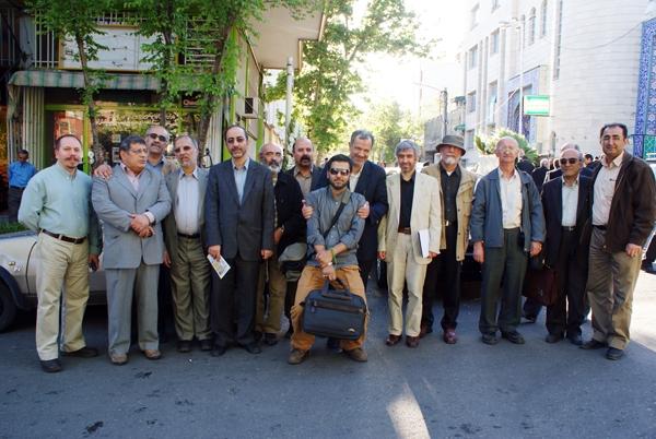 محمد زهرایی در میان جمعی از اهل فرهنگ و قلم