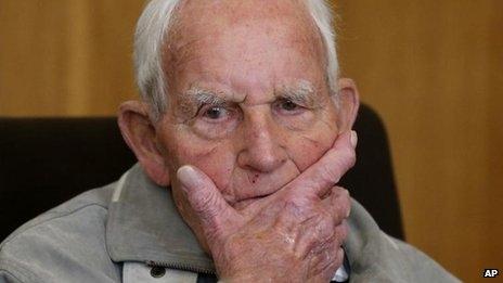 افسر ۹۲ ساله اساس به دادگاه رفت