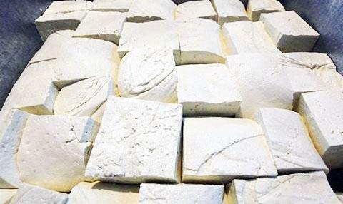 خوردن پنیر و لبنیات فلهای ممنوع!