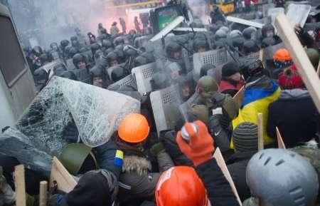 معترضان و پلیس اوکراین دوشنبه را با درگیری آغاز کردند