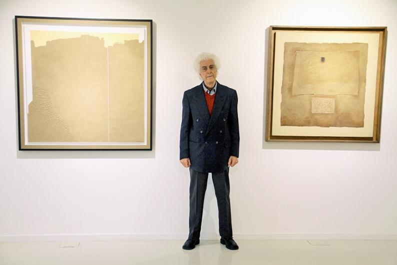 غلامحسین نامی در کنار آثار خود در نگارخانه بوم