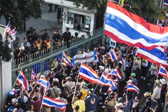 تجمع تایلندیها مقابل اداره پلیس بانکوک