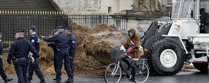 معترض فرانسوی یک کامیون کود را در مقابل پارلمان خالی کرد
