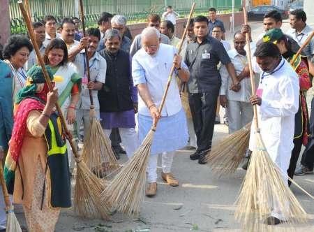 نخست وزیر هند دهلی را جارو زد