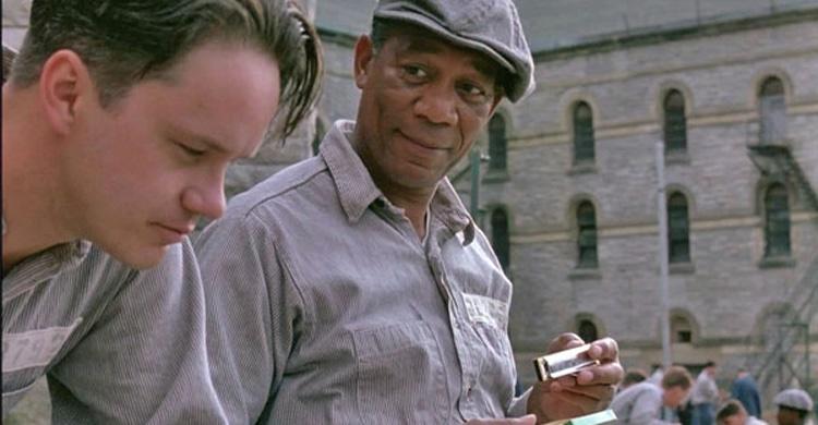 مورگان فریمن و تیم رابینز در نمایی از رستگاری در شاوشنک ساخته فرانک دارابونت ۱۹۹۴
