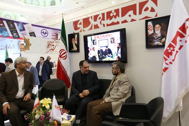حضوز رئیس خبرگزاری ایرنا از غرفه همشهری