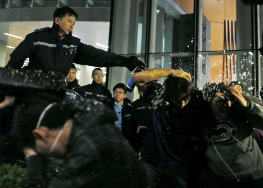 درگیری پلیس با معترضان مخالف چین در هنگ کنگ