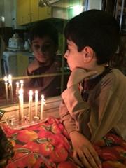 عکس روز / یک کودک و شام غریبان حسینی در منرل