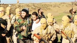 خلبان اردنی هواپیمای ساقط شده در میان شماری از اعضای گروه تروریستی داعش دیده میشود.