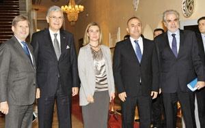 خانم موگرینی دیروز در ابتدای سفرش،  با مولود چاووش اوغلو، وزیر امورخارجه ترکیه(نفر دوم از راست) دید