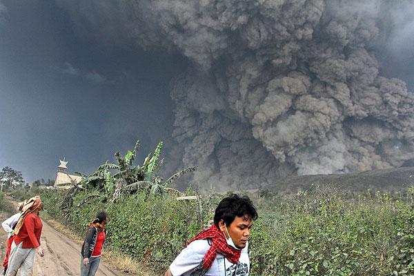 فوران آتشفشان در اندونزی جان ۱۴ نفر را گرفت