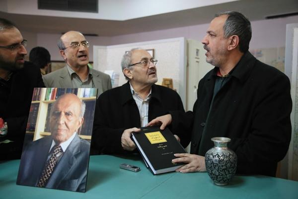 نخستین مجلدات دانشنامه بزرگ تهران به احمد مسجدجامعی اهدا شد