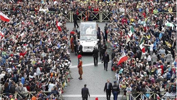 آیین تاریخی تقدیس دو پاپ در واتیکان برگزار شد
