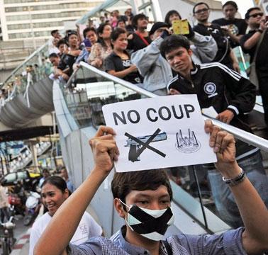تجمع مخالفان کودتا در تایلند؛ هشدار کودتاچیان