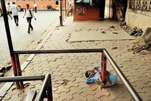 بستن بچه معلول به ایستگاه اتوبوس