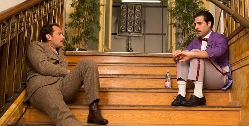 جاد لا در نقش نویسنده ای که داستان فیلم را شرح می دهد