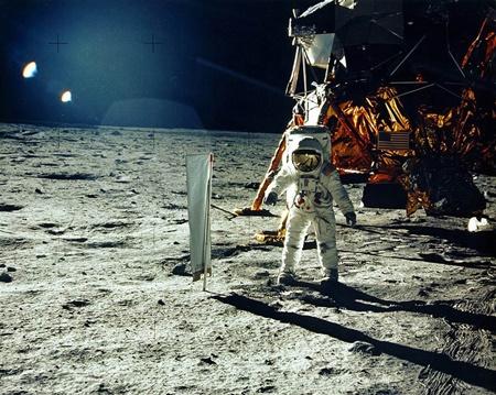 عقابی روی ماه نشست