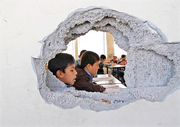 مدرسه زخمی از گلوله