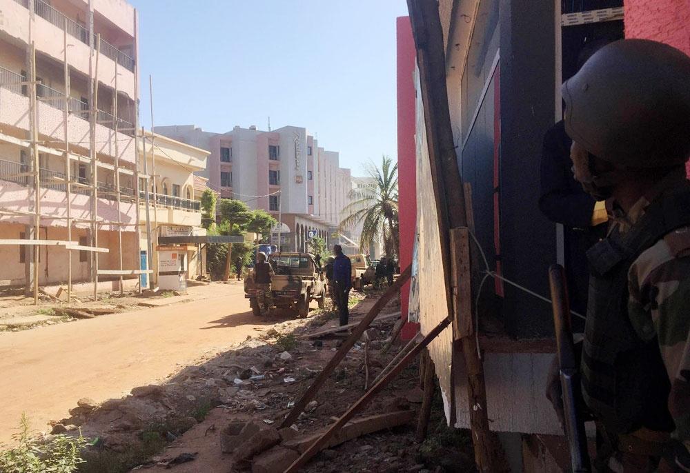 گروگانگیری در پایتخت مالی، هتل در محاصره پلیس | دو عکس