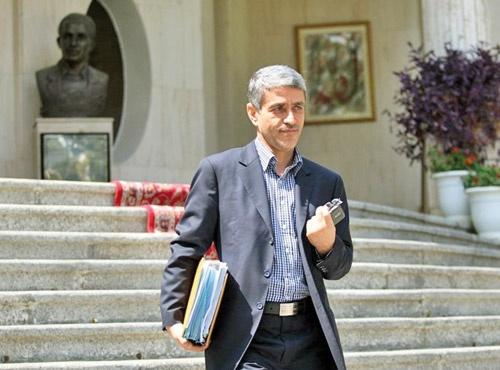 وزیر امور اقتصادی و دارایی به جمع مخالفان کاهش نرخ سود بانکی در مقطع فعلی اضافه شد. علی طیبنیا در