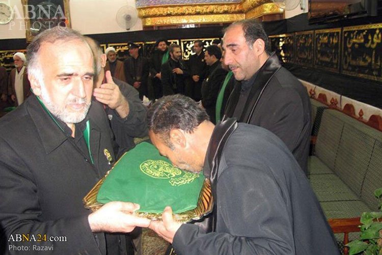 اهدای پرچم بارگاه منور رضوی به آستان قدس علوی در نجف