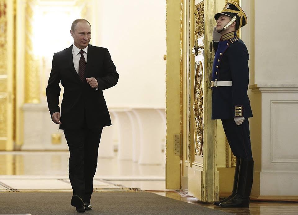 راه رفتن ویژه پوتین؛ آماده شلیک   یادگاری از KGB