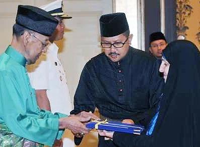 مرضیه افخم استوارنامه اش را تقدیم پادشاه مالزی کرد