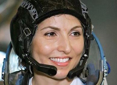 جایزه انجمن ملی نجوم در دستان اولین زن فضانورد ایرانی