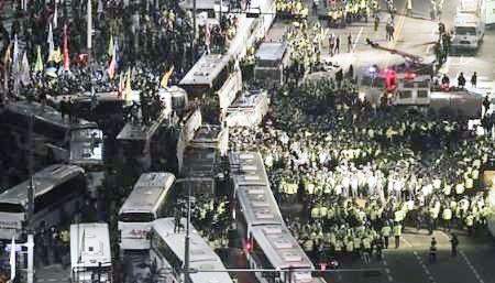 کاخ ریاست جمهوری کره جنوبی در محاصره ۱۳ هزار نیروی پلیس قرار گرفت