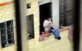 آویزان کردن کودک از پنجره