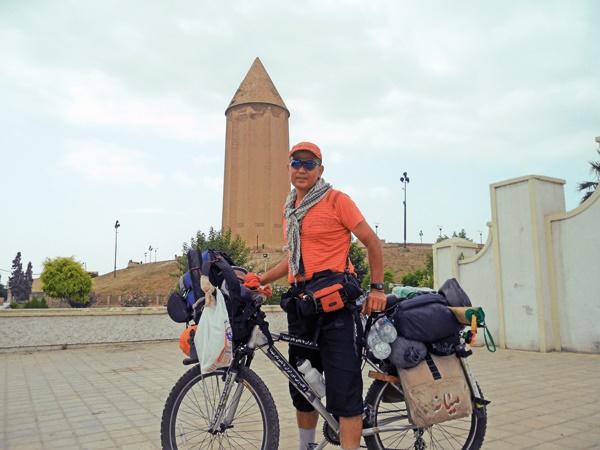 معلم فداکار با دوچرخه پیام صلح دوستی ایران به گوش همسایه ها رساند