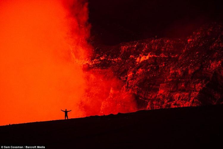 خیره شدن به جهنم ؛ سفری متهورانه به دل آتشفشان