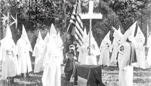 کو کلاکس کلانها در حوادث دهه ۱۹۹۰ آمریکا دست به خشونتهای گسترده علیه سیاهپوستان زدند.